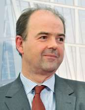 Avec le départ en retraite de Christophe Dubrulle, Vianney Mulliez assoit encore davantage son pouvoir. De société à conseil de surveillance et directoire, ... - ECH20682150_1