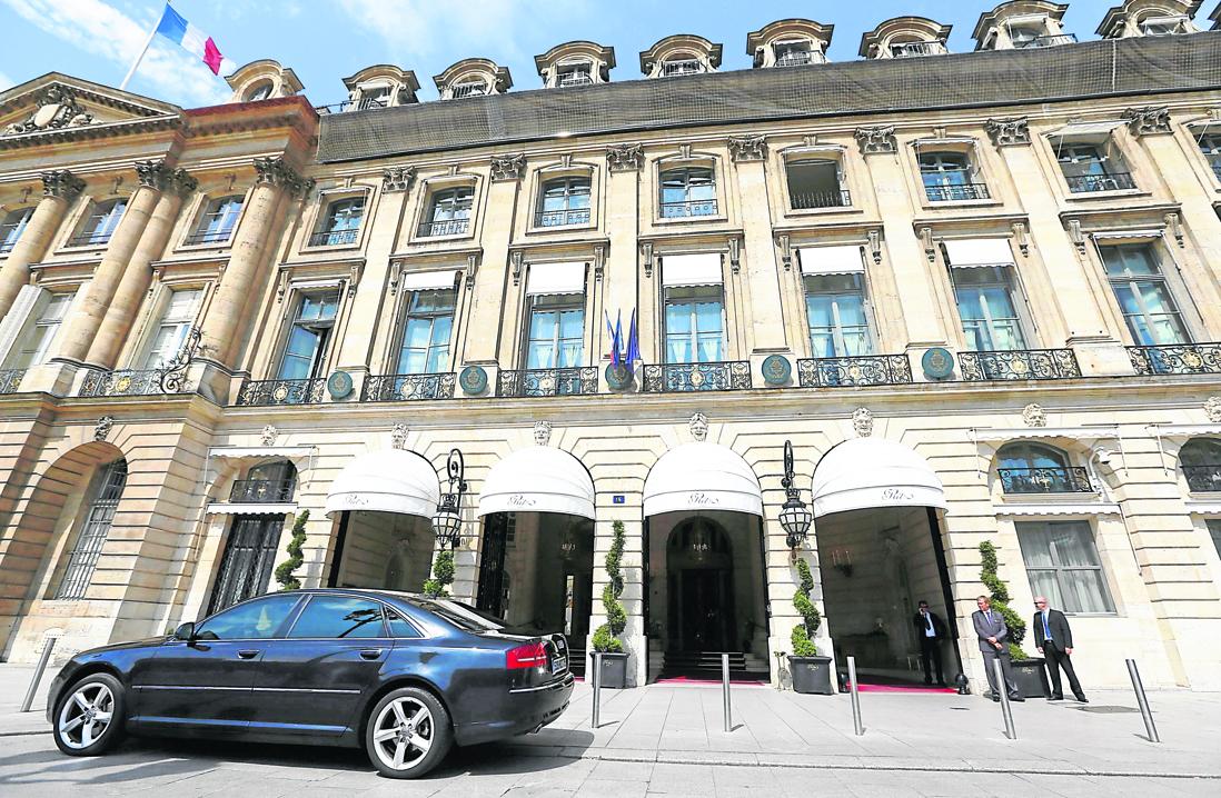 les palaces parisiens au secours des anciens salari s de l. Black Bedroom Furniture Sets. Home Design Ideas