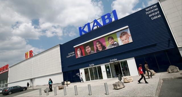 industrie services conso distribution  textile kiabi passe numero un en france devant galeries lafayette